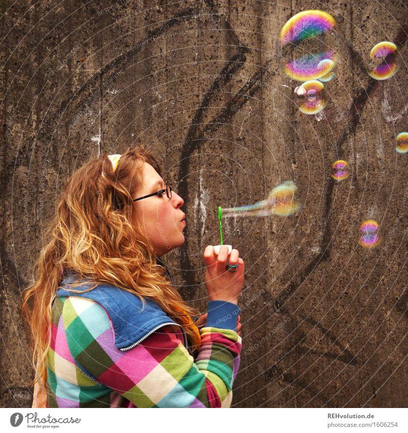 Junge Frau pustet Seifenblasen Mensch feminin Jugendliche 1 18-30 Jahre Erwachsene Pullover blond Locken Spielen Freude Glück Fröhlichkeit Zufriedenheit