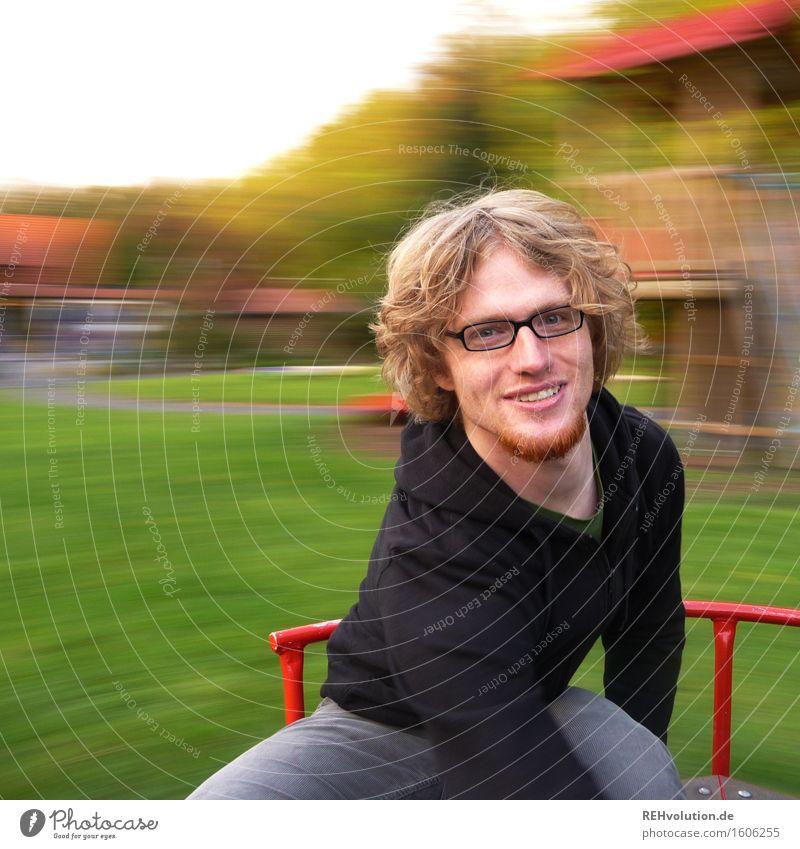 Junger Mann dreht sich auf einem Karussell Mensch maskulin Jugendliche 1 18-30 Jahre Erwachsene drehen Geschwindigkeit Freude Glück Fröhlichkeit Zufriedenheit