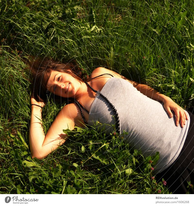 sonne tanken Mensch feminin Junge Frau Jugendliche 1 18-30 Jahre Erwachsene Wiese Schmuck brünett liegen grün Freude Glück Fröhlichkeit Zufriedenheit