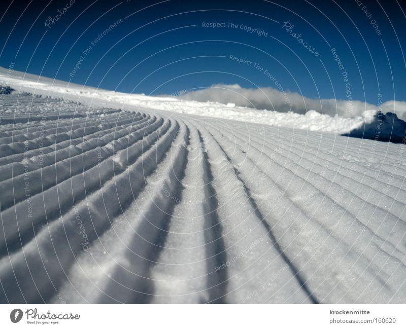 frisch gespurt weiß Winter kalt Schnee glänzend frei Spuren Schönes Wetter Aussicht Furche Berge u. Gebirge Wintersport Winterurlaub Skigebiet Bergkette