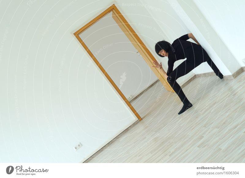 Standsicher androgyn Frau Erwachsene Mauer Wand Tür Pullover Strumpfhose schwarzhaarig Pony beobachten stehen sportlich weiß Bewegung Kontrolle Konzentration