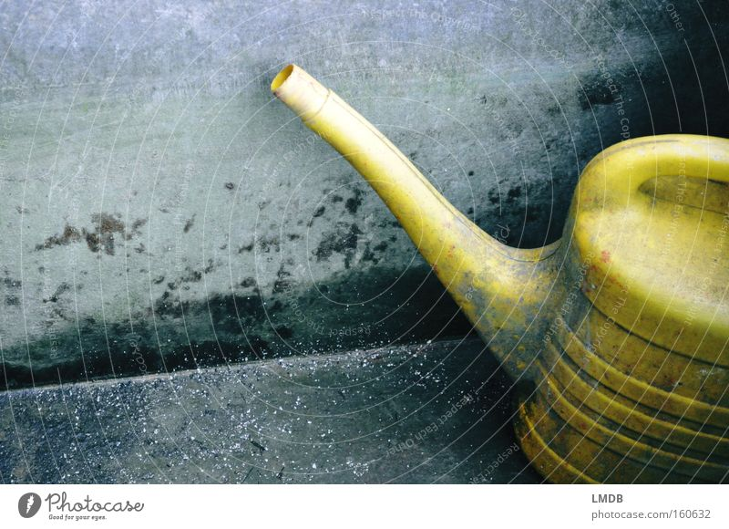 Ungebraucht Gießkanne Brunnen Stein dreckig gelb alt Wasser trocken unbenutzt vergessen Müll gießen Kübel Gefäße