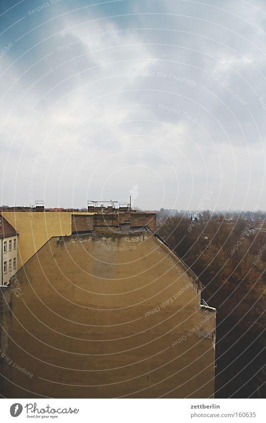 Kurz vorm Frühling Himmel Haus Ferne Horizont Perspektive Häusliches Leben Hinterhof Stadthaus Altbau Wohnsiedlung Brandmauer Wohngebiet Treptow