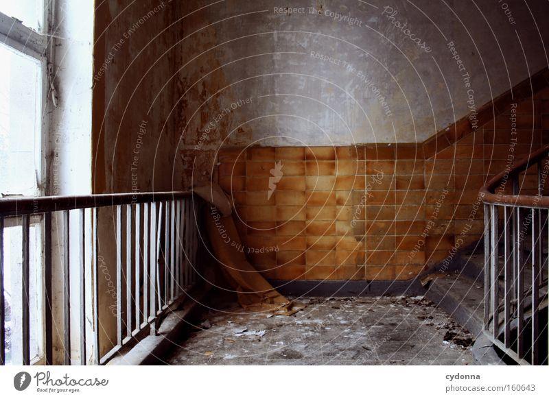 Dazwischen alt Leben Fenster Traurigkeit Raum Zeit Treppe Häusliches Leben Vergänglichkeit Fliesen u. Kacheln verfallen Verfall Treppengeländer Zerstörung Erinnerung Örtlichkeit
