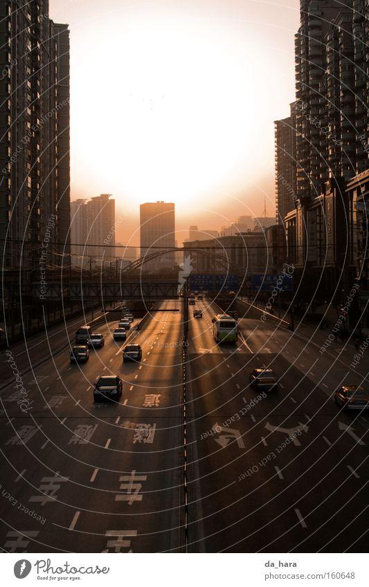 Breit trifft hoch Sonne Straße PKW Hochhaus Verkehr Brücke KFZ Sonnenuntergang Asien Autobahn China Shanghai