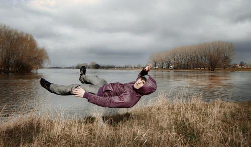 GUST OF WIND Schweben Elbe Wiese Mann Superman Held falsch fliegen Windböe Sturm Fluss Wasser Landschaft Funsport Bach gefaked