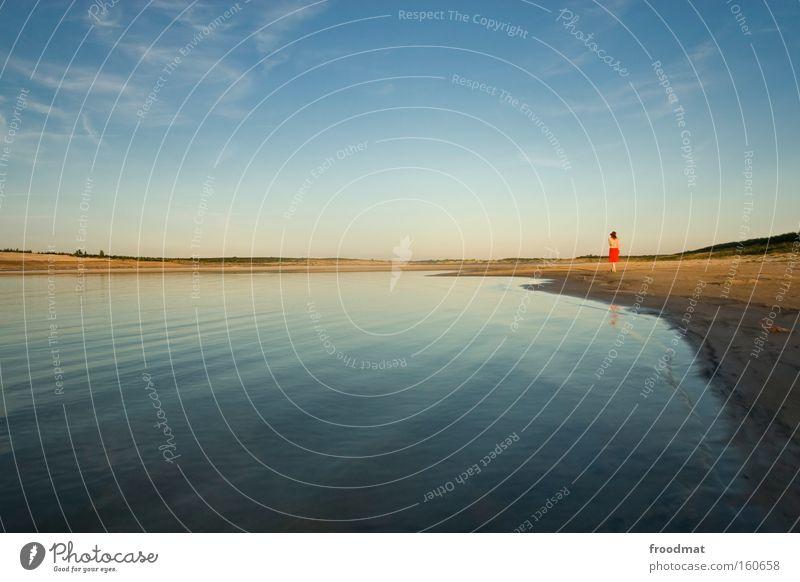red dot award Frau Wasser schön Himmel rot Sommer Strand ruhig Einsamkeit See Sand Landschaft Zufriedenheit Erwachsene Umwelt trist