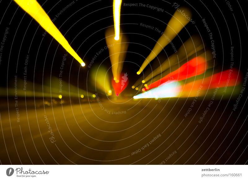 Warp again Licht Zoomeffekt Geschwindigkeit Zentralperspektive Straße Verkehr Reaktionen u. Effekte Nacht Langzeitbelichtung Sportveranstaltung Konkurrenz