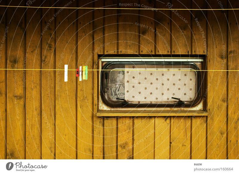 Wäscheplatz Camping Häusliches Leben Fenster Wohnwagen alt retro Einsamkeit Gardine Vorhang Klammer Wäscheleine Holzwand Holzhaus Farbfoto Gedeckte Farben