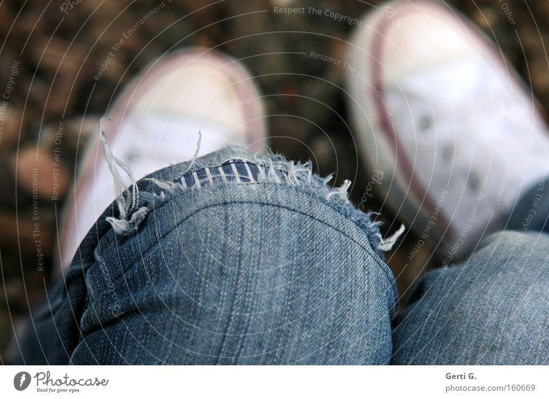 used Mensch Jugendliche Erholung Schuhe Beine kaputt Stoff verfallen Jeansstoff Langeweile Chucks Knie Turnschuh