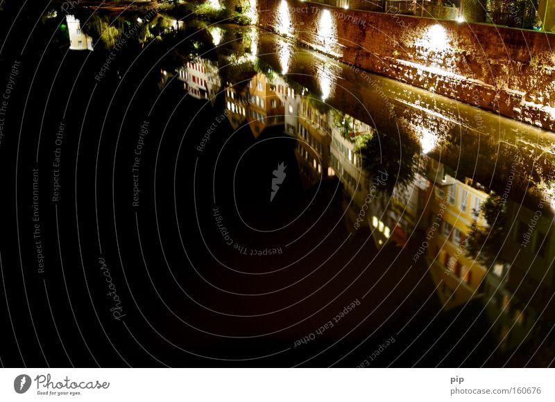 schwabnbräu - naturtrüb Wasser Stadt schwarz dunkel Wand Mauer braun Beleuchtung Deutschland Fassade Fluss Vergangenheit historisch Bach Nacht
