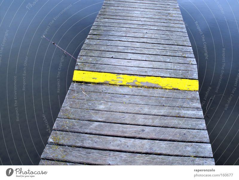 Mind the step! Wasser gelb grau Holz See Treppe Brücke gefährlich Niveau vorwärts Steg Warnhinweis Risiko Richtung Hinweis