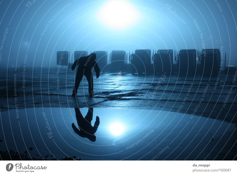 ich und ich Altmark Reflexion & Spiegelung blau Langzeitbelichtung Wasser Nacht dunkel Nebel trüb dunstig gruselig schwarz Beton Lastwagen Pfütze Einsamkeit