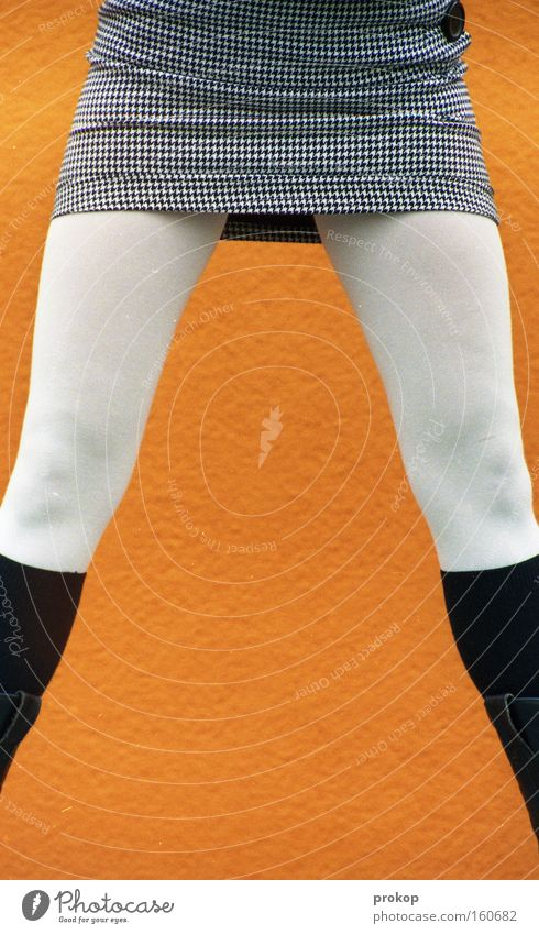 Oransche Symmetrie Frau Mensch schön Wand Beine Mode Erfolg stehen dünn Rock Strümpfe Strumpfhose selbstbewußt