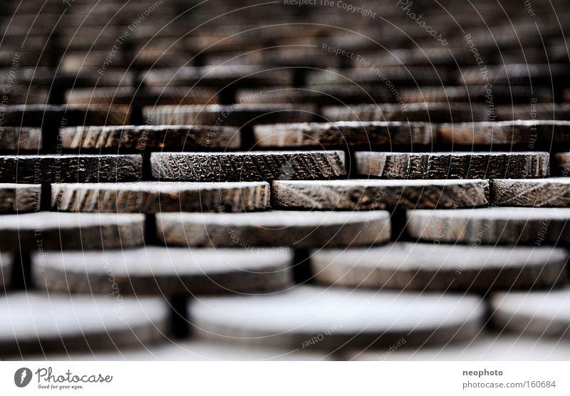 Schindlers Liste alt ruhig Holz braun Treppe rund Streifen Muster Tiefenschärfe graphisch Monochrom Dachziegel Dach rustikal regelmässig