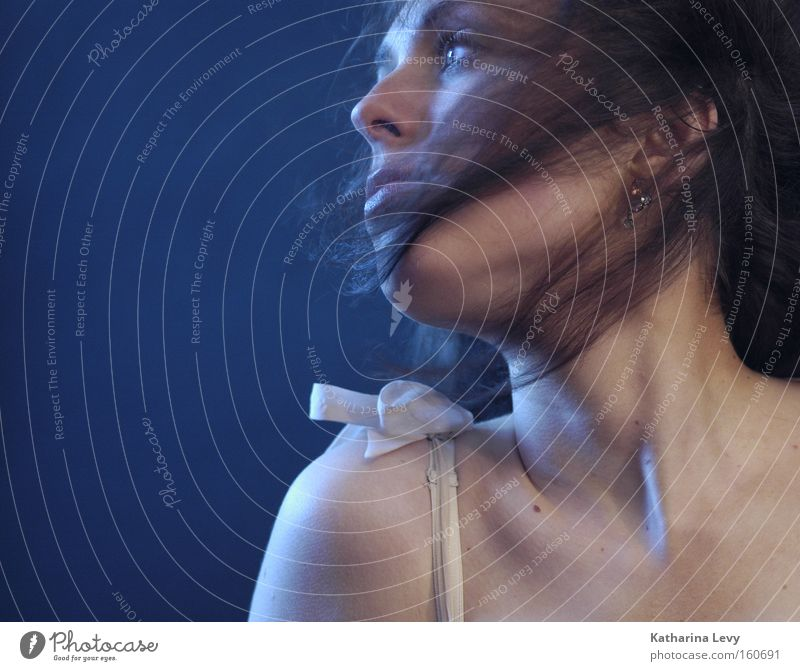 wind Frau Model Haare & Frisuren Wind Schulter Porträt Silhouette blau Träger Top Ohrringe Blick Vergänglichkeit
