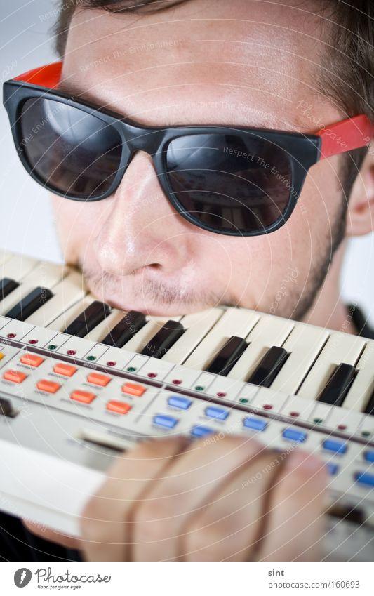 verbissen Jugendliche Musik Klaviatur beissen Instrument Musikant Punktschrift sonnenbrille agressiv Bart Gesicht Angriff Brunft enttäuschung sauer