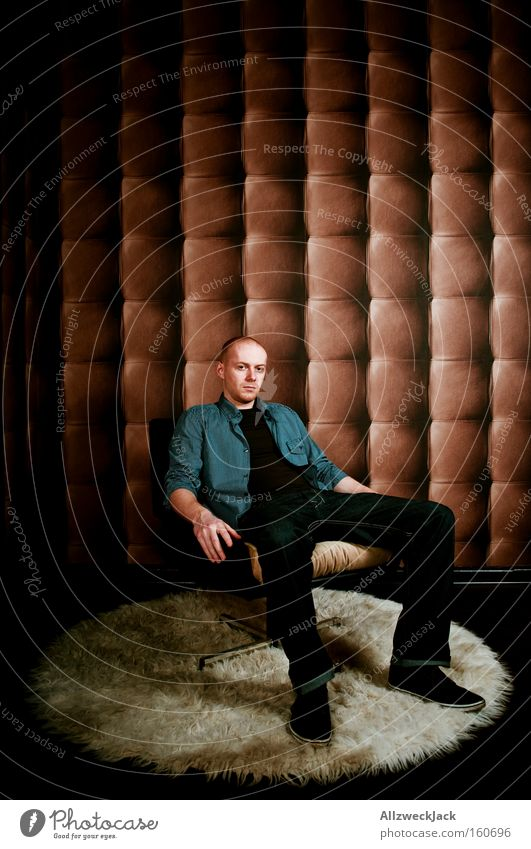 geduld ist die tugend der revolutionäre sitzen warten Stuhl Sessel Flokati Teppich Tapete Design edel Leder Polster Mann ruhig Gelassenheit Zufriedenheit