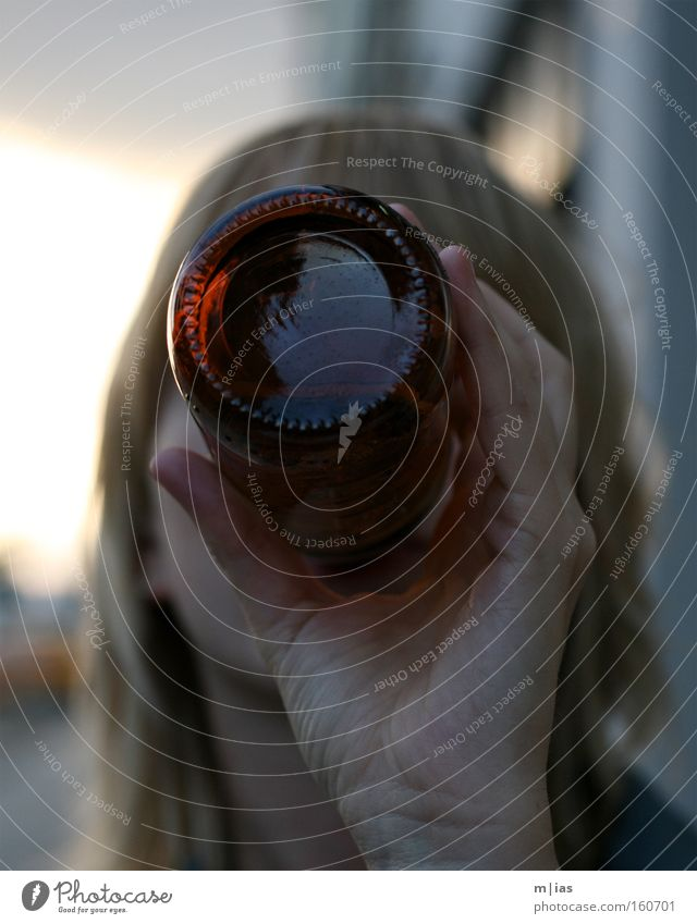 Kamerascheu. Frau Jugendliche Hand Freude blond Getränk trinken Bier Alkohol Feierabend Limonade Spirituosen