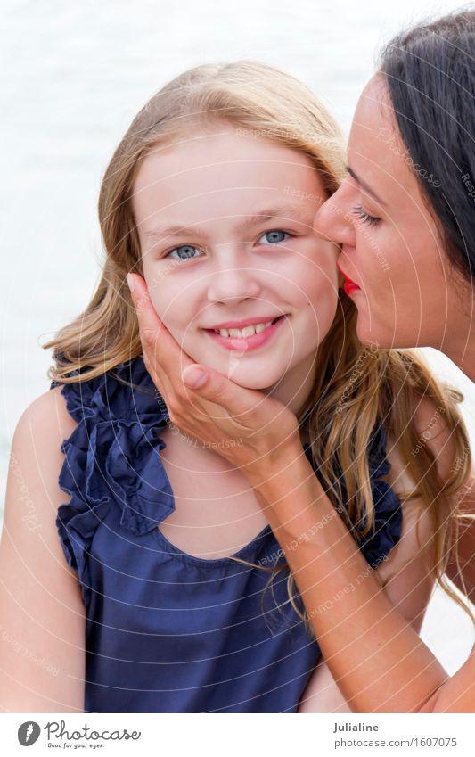 Kaukasische Mutter und blonde Tochter küssen Kind Schulkind Mädchen Frau Erwachsene Eltern Kindheit 2 Mensch 3-8 Jahre 8-13 Jahre 18-30 Jahre Jugendliche weiß