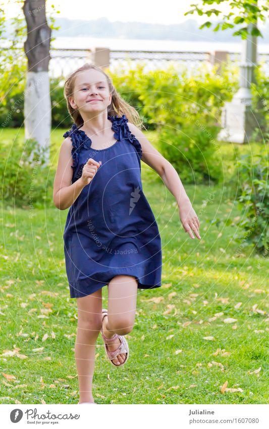 Nettes laufendes europäisches Mädchen Mensch Frau Kind blau Sommer weiß Erwachsene Lifestyle Spielen Freizeit & Hobby Aktion blond Kindheit 8-13 Jahre rennen