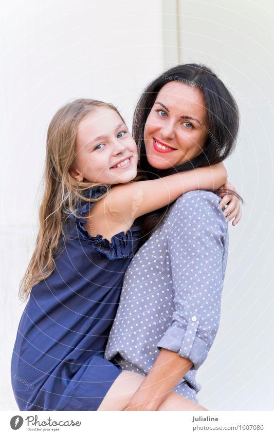 Umfassende brünette Mutter und blonde Tochter Mensch Frau Kind Jugendliche weiß Mädchen 18-30 Jahre Erwachsene Kindheit 8-13 Jahre Europäer Eltern Dame