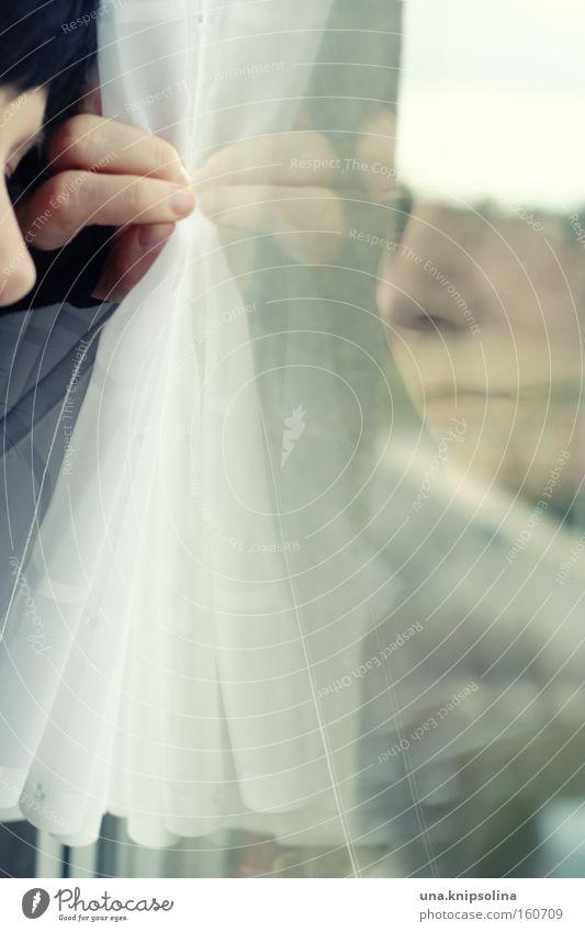 Die Welt geht nicht unter, nimmt nur ihren Lauf Hand Einsamkeit Fenster Traurigkeit Angst Glas geschlossen nachdenklich warten beobachten Innerhalb (Position) Vorhang Reflexion & Spiegelung Gardine gefangen ernst