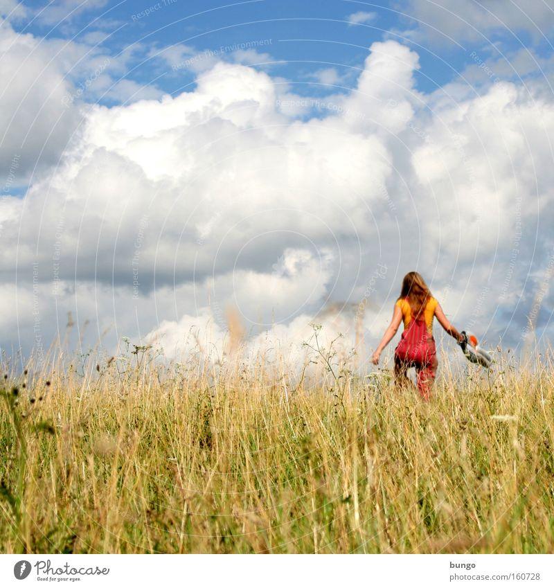 aestas ne decesseris Frau Himmel Sommer Ferien & Urlaub & Reisen Wolken Wiese Gras gehen laufen Jahreszeiten Ausgelassenheit