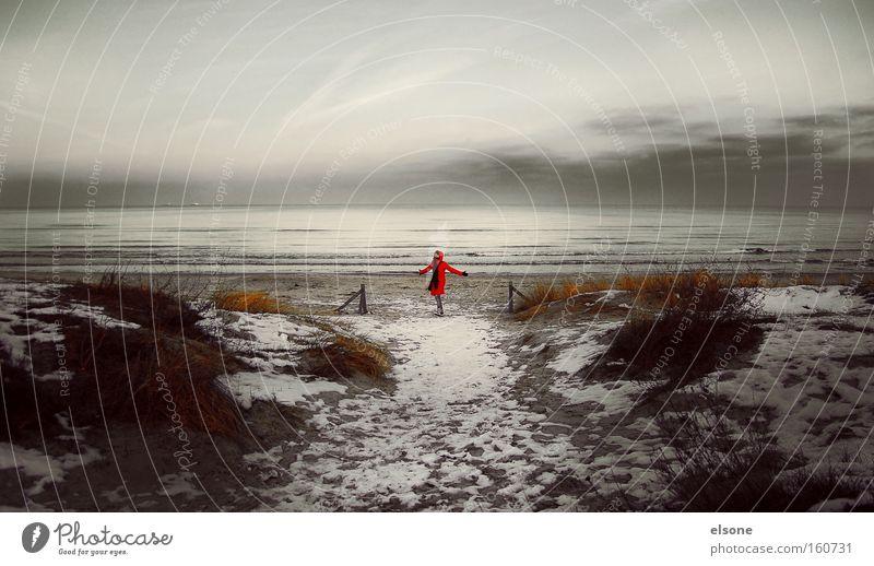 HER MIT DEM SCHOENEN LEBEN Frau Wasser Meer rot Winter Strand Ferien & Urlaub & Reisen Schnee Sand Wellen Küste Stranddüne Ostsee Mantel Mensch Rügen
