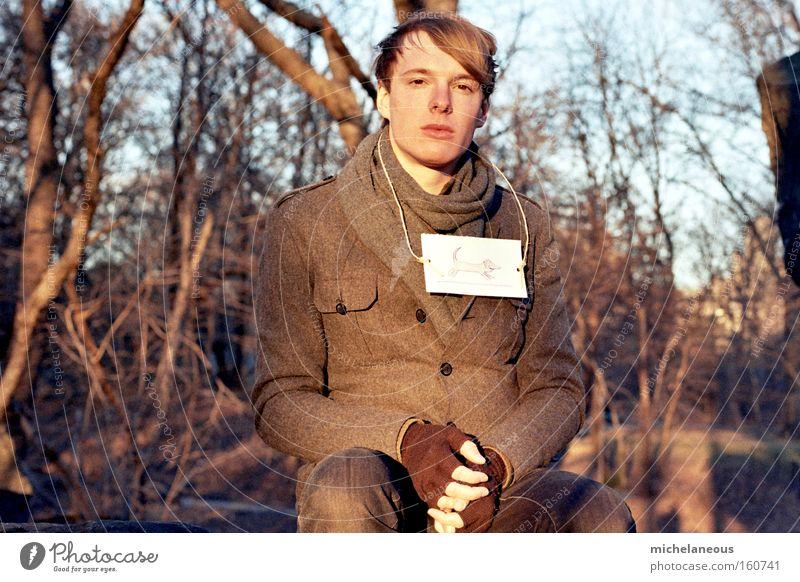 obacht, los. Jugendliche alt Junger Mann Winter Wald kalt Wärme Mantel Schwäche unsicher sinnlos Mensch
