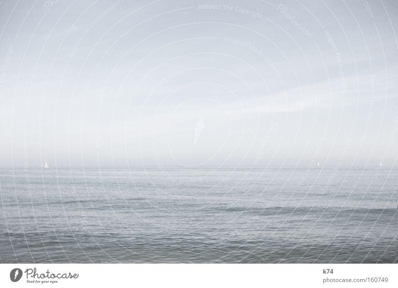 Mittelmeer Meer See kalt glänzend Wasser Segeln Segelboot Horizont ruhig seicht Barcelona Strand Küste