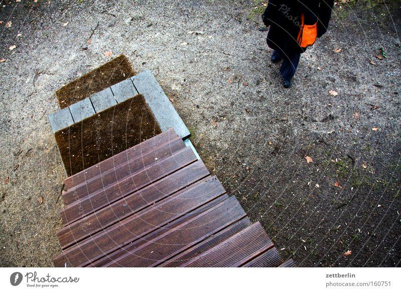 Treppe Leiter Treppenabsatz aufsteigen Abstieg Karriere zurückziehen transferieren ausschalten entstehen beseitigen sichtbar Mensch Frau warten Ausdauer