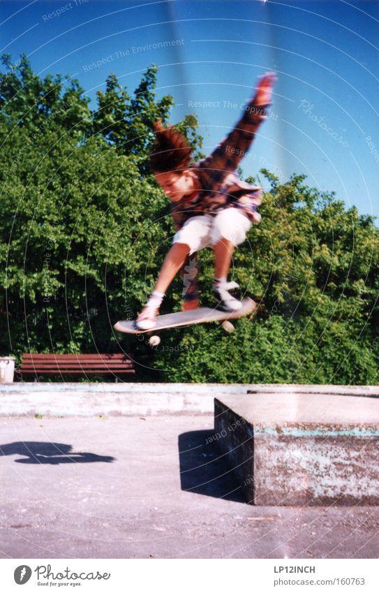 Flensburg 1993 Mensch Kind grün blau Sommer Freude Sport Leben Junge springen Stil grau Arme Energie gefährlich