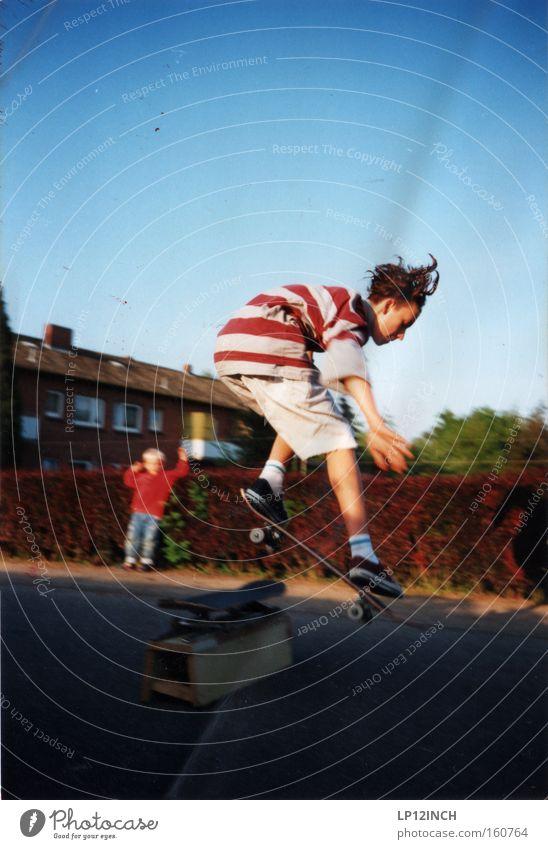 Flensburg 1993 die Zweite Mensch Kind rot Sommer Sport Spielen Junge Haare & Frisuren Glück springen Stil Kindheit Freizeit & Hobby Coolness Streifen