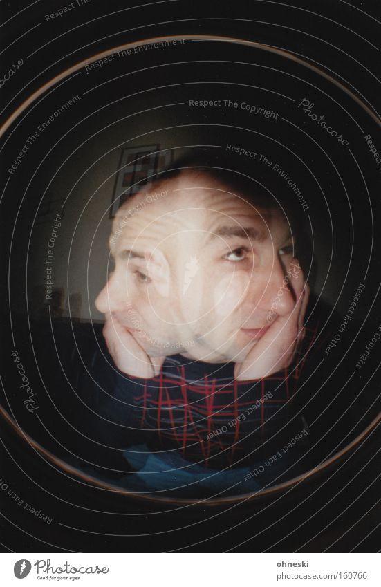 Links wie rechts Gesicht links Gedanke Orientierung Blick Langeweile abstützen Denken nachdenklich Müdigkeit unentschlossen Fischauge Trauer Lomografie Mann