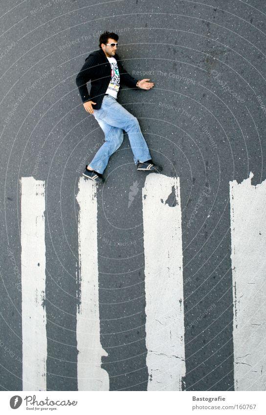 """routenplaner - """"bitte wenden sie"""" Mann Freude Straße Bewegung Übergang gehen Verkehr KFZ Körperhaltung Streifen Verkehrswege Zebra quer Überqueren Zebrastreifen"""