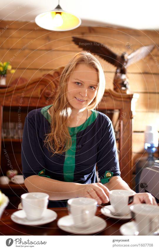 Frau macht Kaffee Mensch Ferien & Urlaub & Reisen Jugendliche schön Junge Frau Haus Mädchen 18-30 Jahre Erwachsene Wärme Holz braun Behaarung blond Ausflug