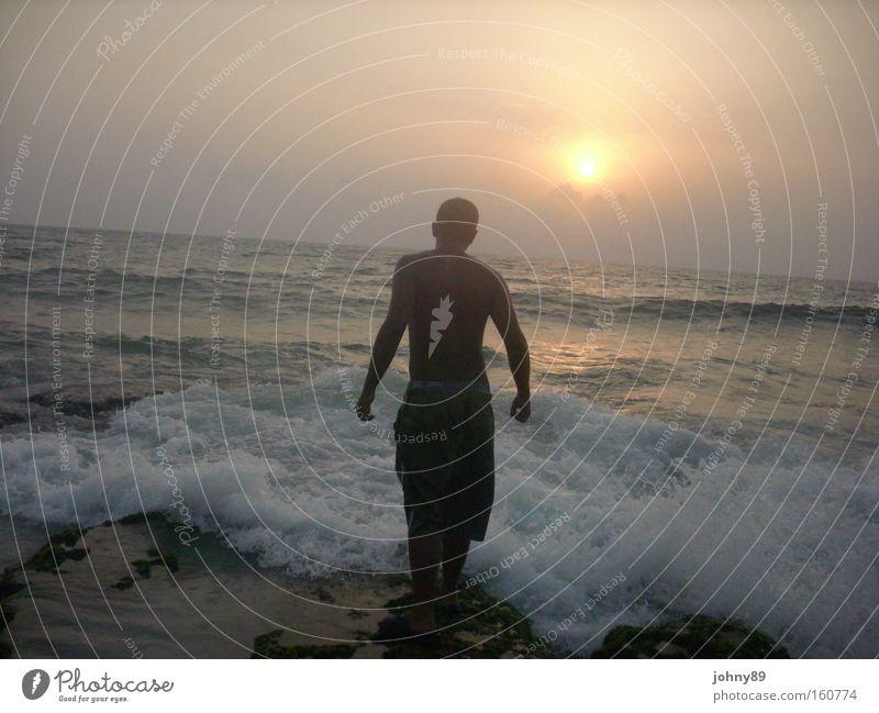 Mann gegen Meer Sonne See süß Coolness Trauer Langeweile Verzweiflung kämpfen Brandung Muskulatur Mittelmeer