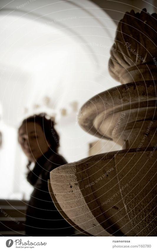Frau Jugendliche schön dunkel Statue Museum Skulptur Treppenhaus Lama