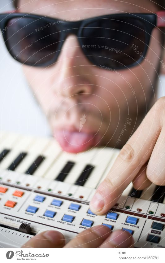 8bit Tango Musik Jugendliche Mann Klaviatur zunge Punktschrift sonnenbrille Gelassenheit Musikant schmecken Geschmackssinn Klang Finger Gesicht Bart Instrument