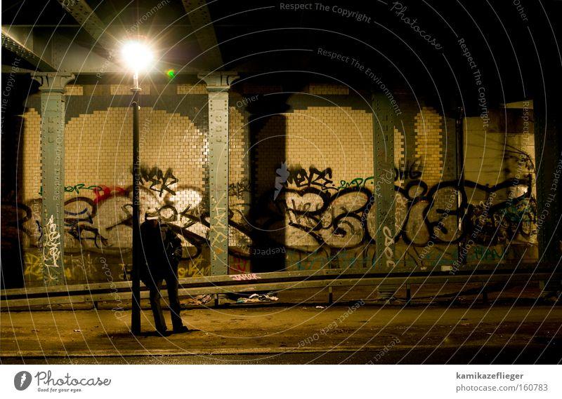 warten Nacht dunkel Unterführung Brücke Berlin Neukölln Mann stehen Laterne Licht Schatten Graffiti Säule Fliesen u. Kacheln Straße Langeweile Wandmalereien