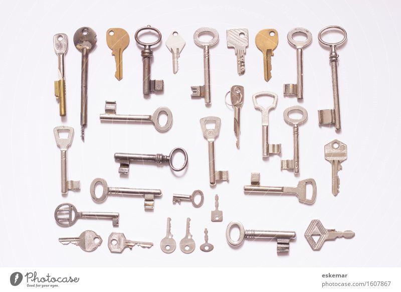 Schlüssel Zeichen ästhetisch modern oben viele gold silber weiß Ordnung Sicherheit Textfreiraum knolling flat lay Aufsicht Verschiedenheit Farbfoto