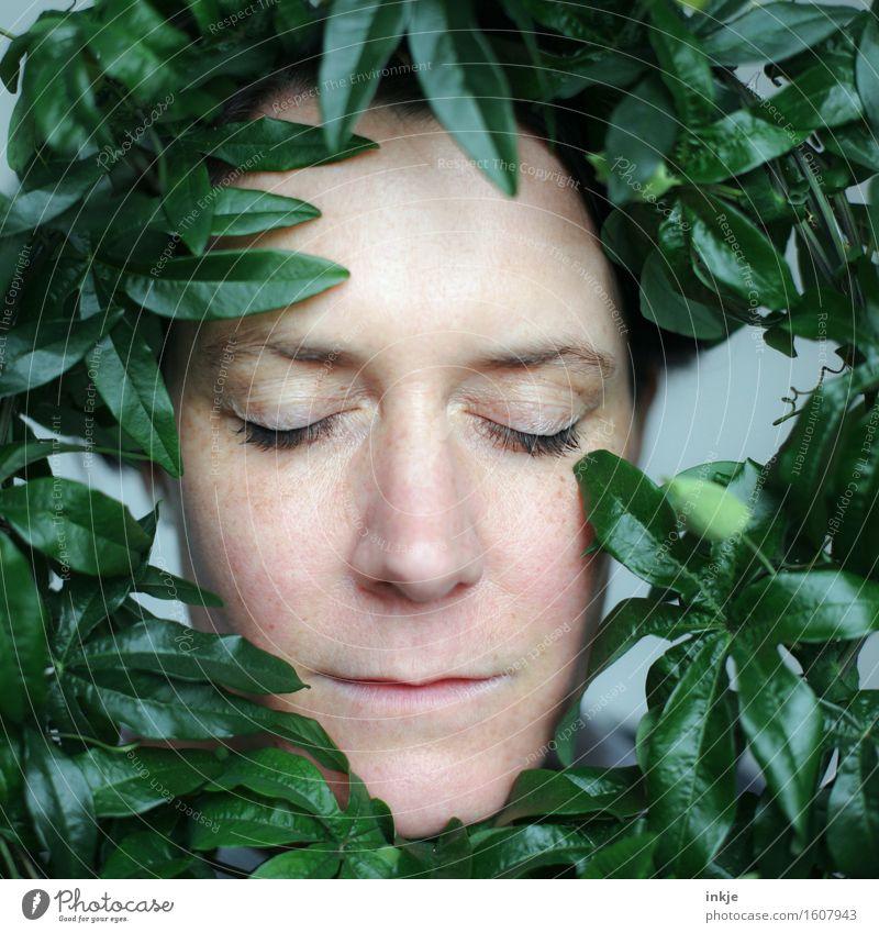 Rundherum Lifestyle Stil schön Gesicht harmonisch Wohlgefühl Sinnesorgane Erholung ruhig Meditation Frau Erwachsene 1 Mensch 30-45 Jahre Pflanze Blatt