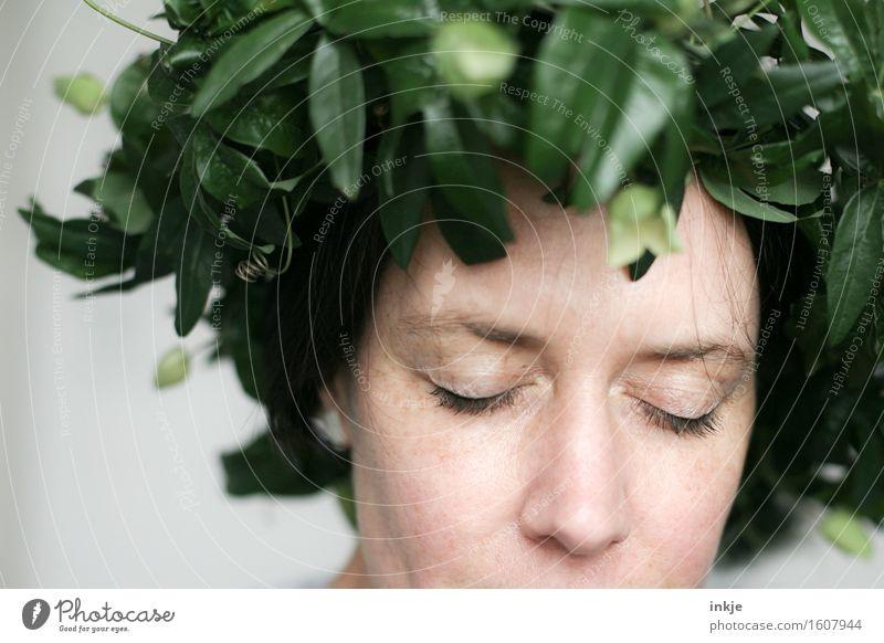 Kopfschmuck Lifestyle Stil schön Frau Erwachsene Leben Gesicht 1 Mensch Blatt Passionsblume Kletterpflanzen Blumenkranz träumen außergewöhnlich grün Gefühle