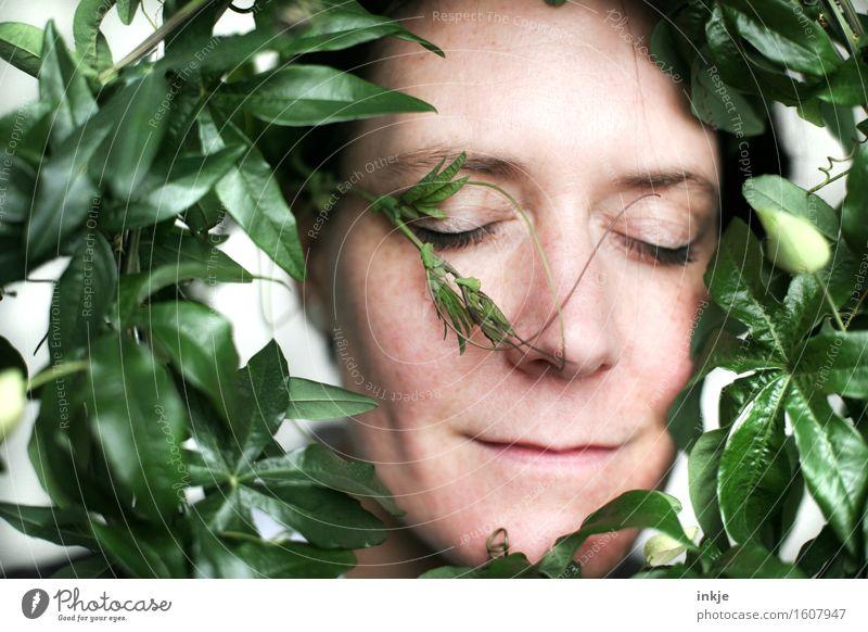 anschmiegsam Mensch Frau Pflanze grün schön Blume Gesicht Erwachsene Leben Liebe Gefühle Zufriedenheit Idylle genießen Lächeln Kreis