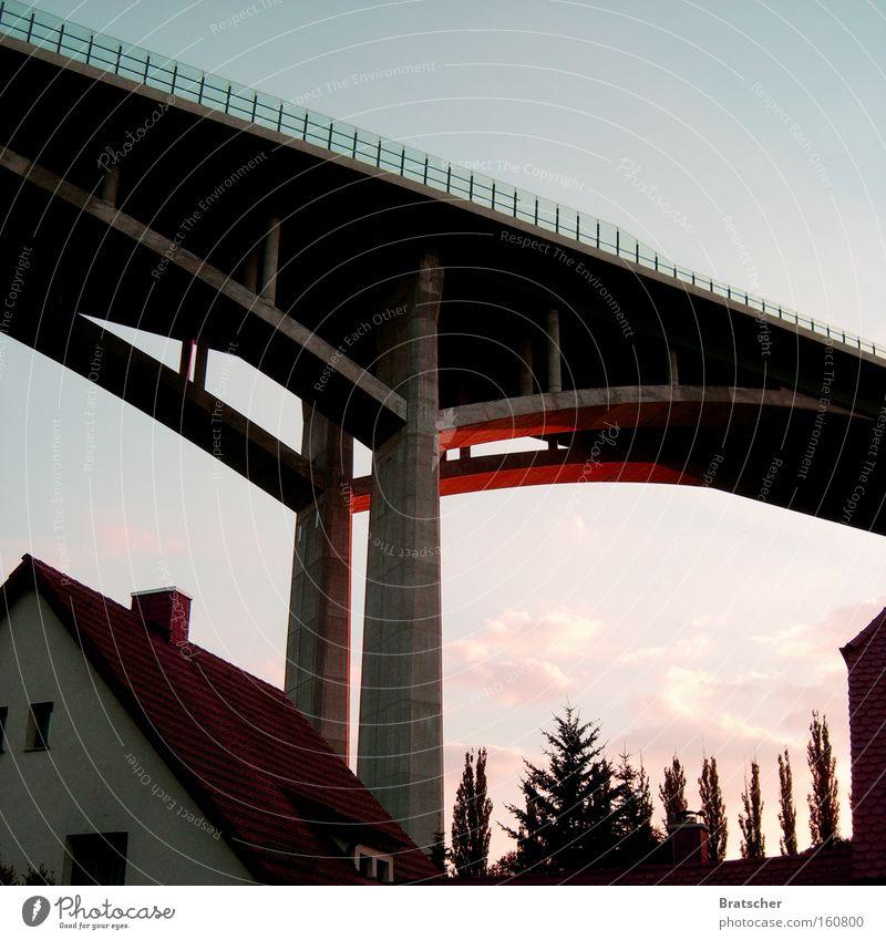 Leben unter der Brücke Architektur Traurigkeit Beton gefährlich Autobahn Haushalt Einfamilienhaus Lebensqualität