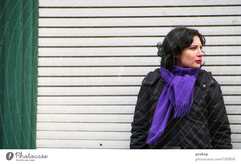 Bekleben Verboten Frau schön Wand warten stehen Streifen Konzentration Langeweile vertikal Erwartung selbstbewußt skeptisch attraktiv frontal Mensch