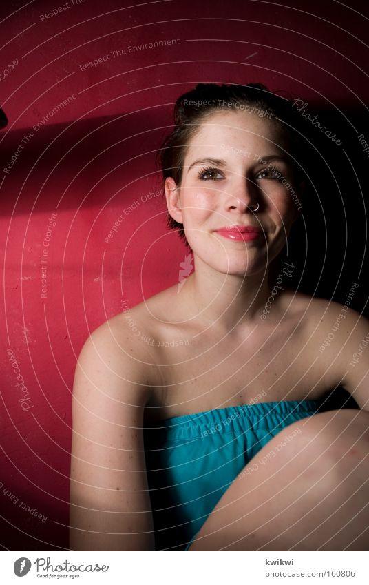 # 100 Freude Glück Gesicht Frau Erwachsene Kleid lachen rot Dekolleté Schulter Porträt
