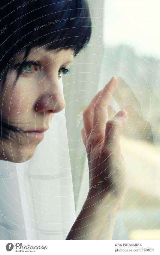 kein außen mehr Frau Hand Einsamkeit Gesicht Erwachsene Fenster warten beobachten berühren Aussicht Sehnsucht Vorhang Innerhalb (Position) ernst Frauengesicht