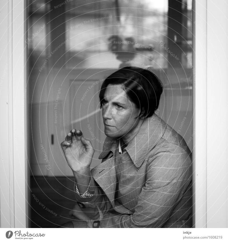 der Hahn ist tot Raum Glastür Fenster Fensterblick Frau Erwachsene Leben Gesicht Hand 1 Mensch 30-45 Jahre Tür Mantel berühren Denken hocken träumen Traurigkeit